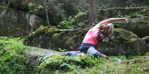Deer Pose is an interesting asana of Yin Yoga, because it effectively combines the healing effects of internal with external rotation.